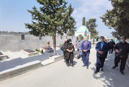 Suraxanı Rayon İcra Hakimiyyətinin başçısı əsaslı təmir olunan şəhid məzarlarını ziyarət etdi